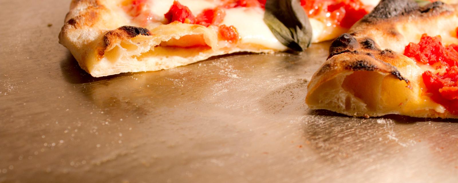 Pizza napolitana con plancha de acero