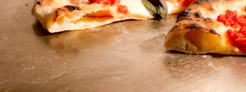 Pizza napolitana, con sus burbujas y borde moteado
